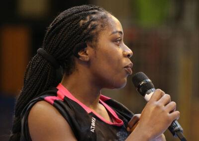 Isaure Mosabau au micro pour délivrer un témoignage poignant Rebecca Bossavy